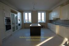 Красивая и просторная кухня